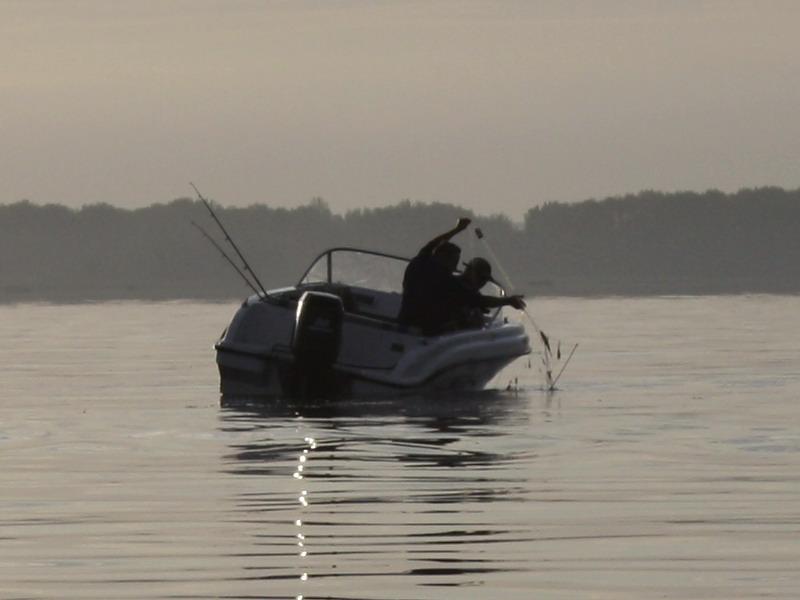 перетаскивают лодки
